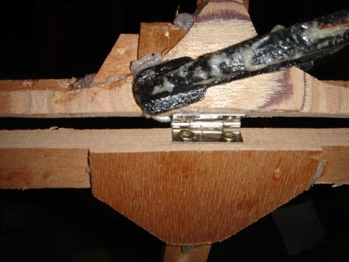 The hinge is a simple stainless hinge I bought in the D.I.Y. (= Do It Yourself). I reinforced the places to avoid splitting of the wood. You can also see the gussets I used.